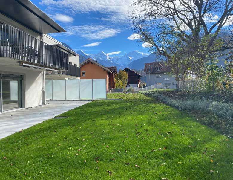 Aussicht vom Garten der zu verkaufenden Wohnung in Unterseen